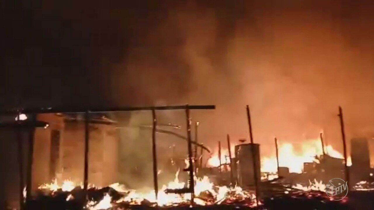 Incêndio atinge barracos no Jardim Itatiaia, em Campinas