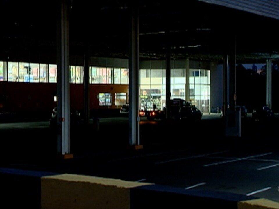 Rapaz morre atingido por tiros pela PM após invadir supermercado com carro