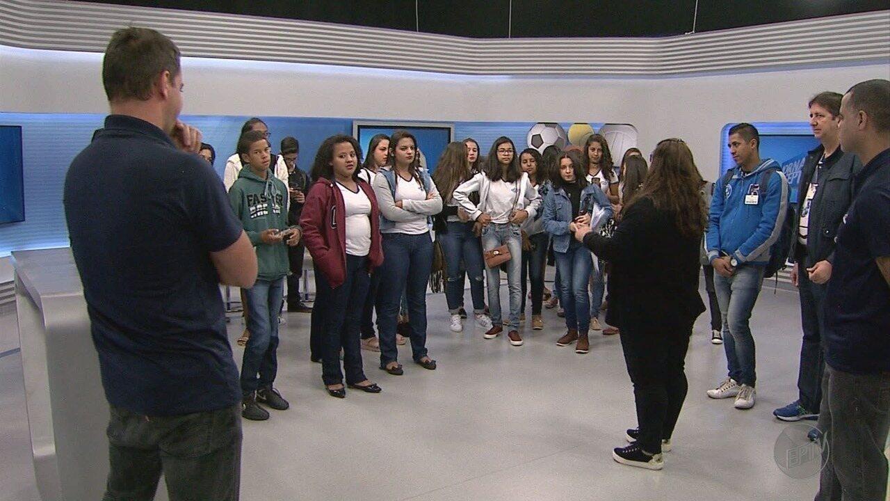 Alunos selecionados na 1ª fase do projeto 'EPTV na Escola' visitam a emissora
