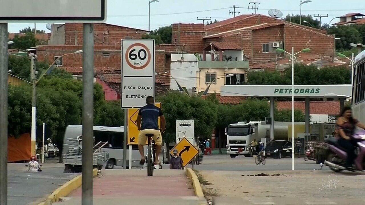 Ciclovia de Forquilha é tomada por placas de trânsito que impedem fluxo livre de ciclistas