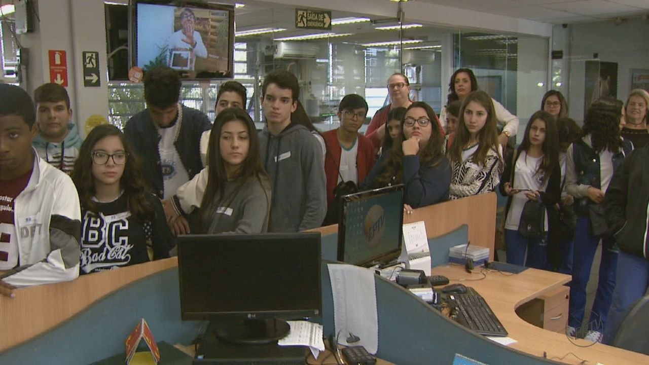 Alunos selecionados na 1ª fase do projeto 'EPTV na Escola' visitam EPTV em São Carlos