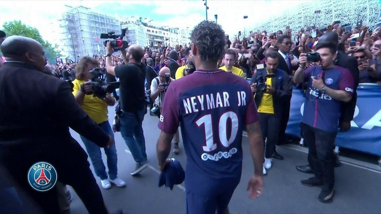 Neymar vai para o meio da torcida do PSG do lado de fora do Parc des Princess