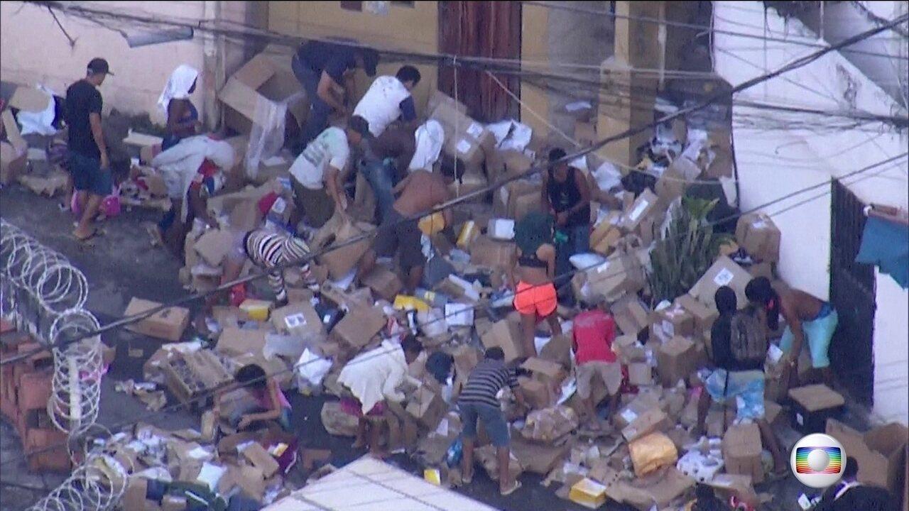 Caminhão dos Correios é roubado no Rio e carga é saqueada