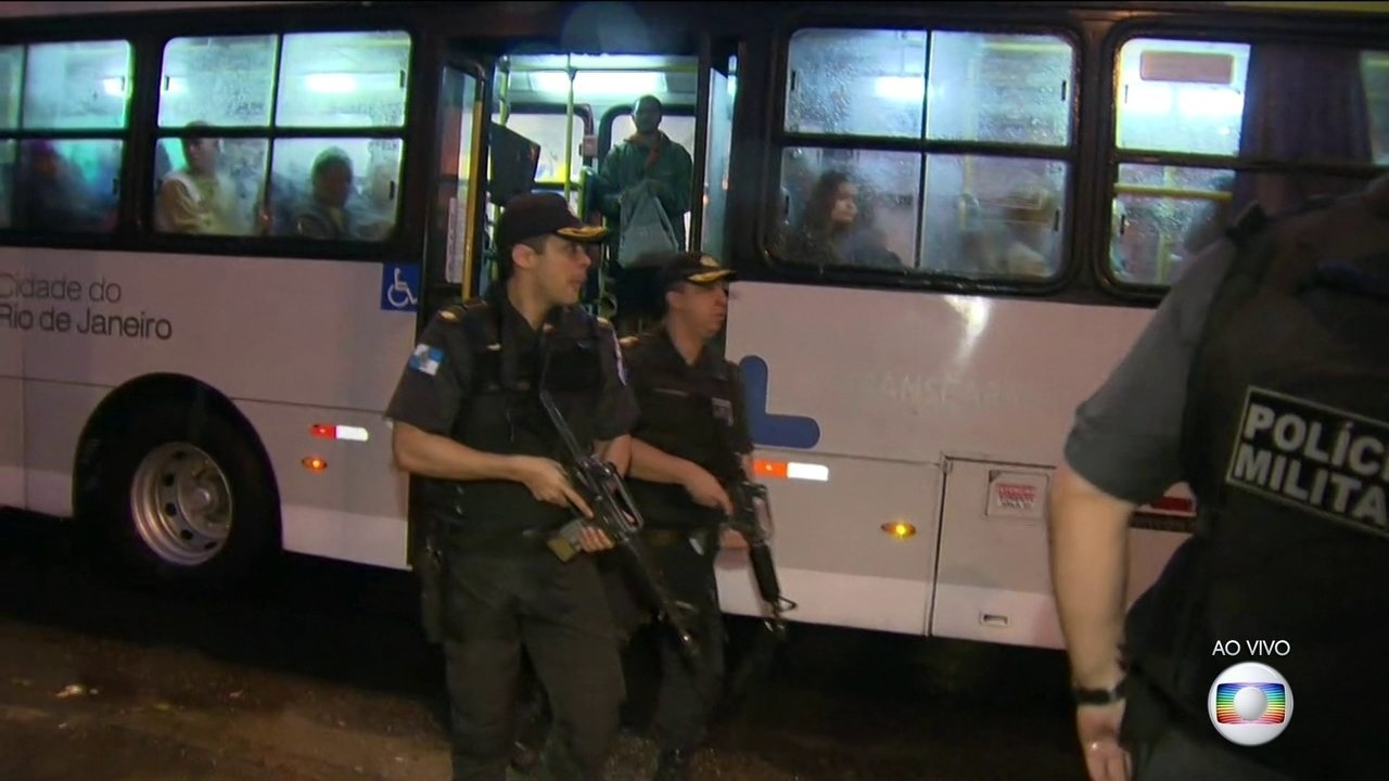 Policiais da Operação Onerat revistam ônibus que passam próximos à Grajaú-Jacarepaguá