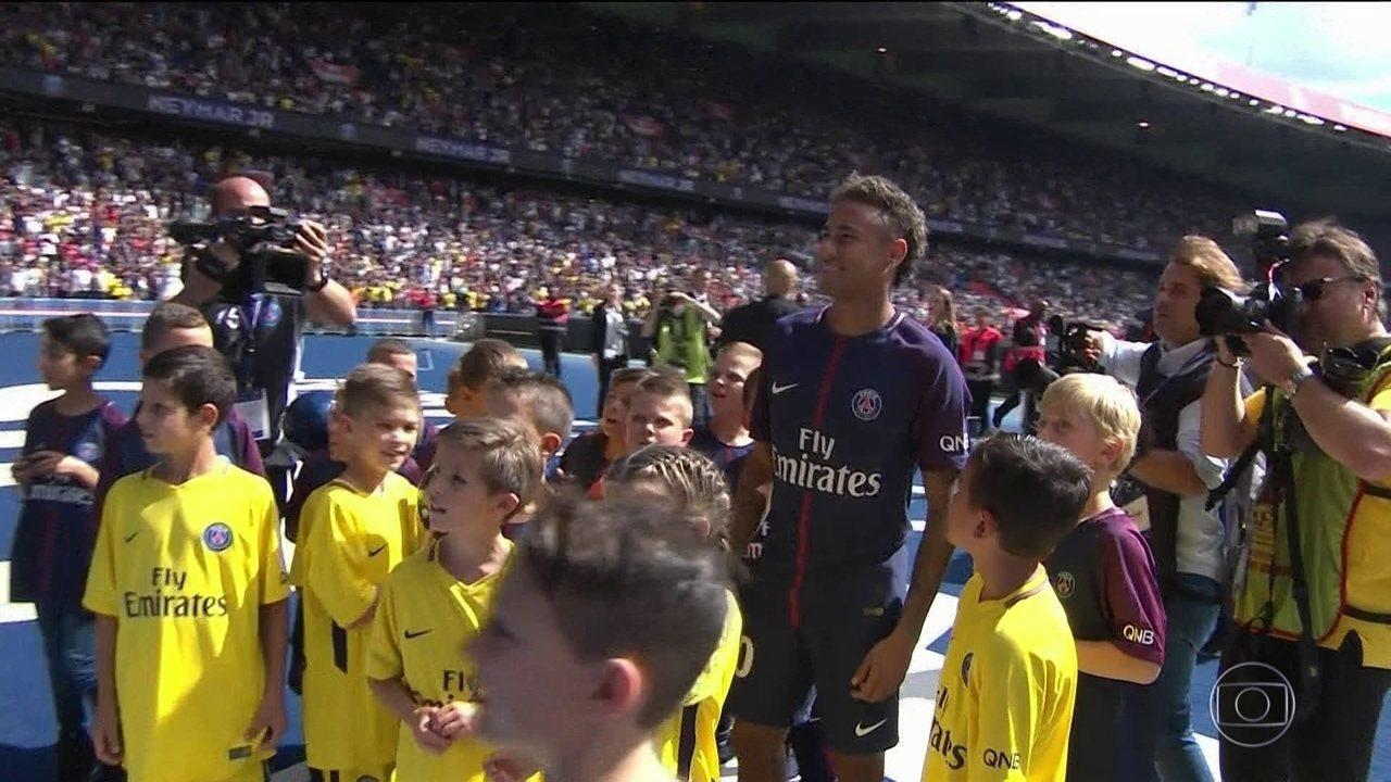 Apresentação de Neymar leva torcedores do PSG a loucura no Parc des Princes