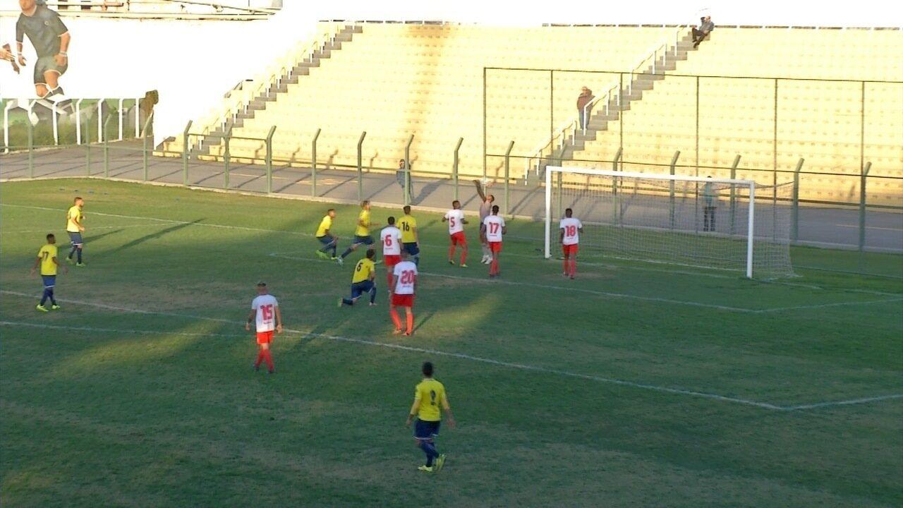 Goleiro Vitor, do União Mogi, faz gol contra na derrota para o Mauaense
