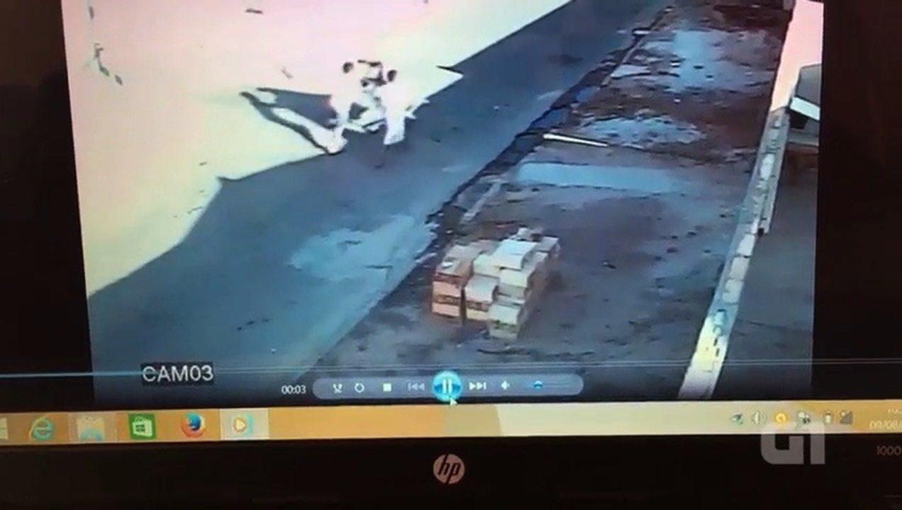 Vídeo mostra corpo de grávida sendo levado após ser espancada até a morte