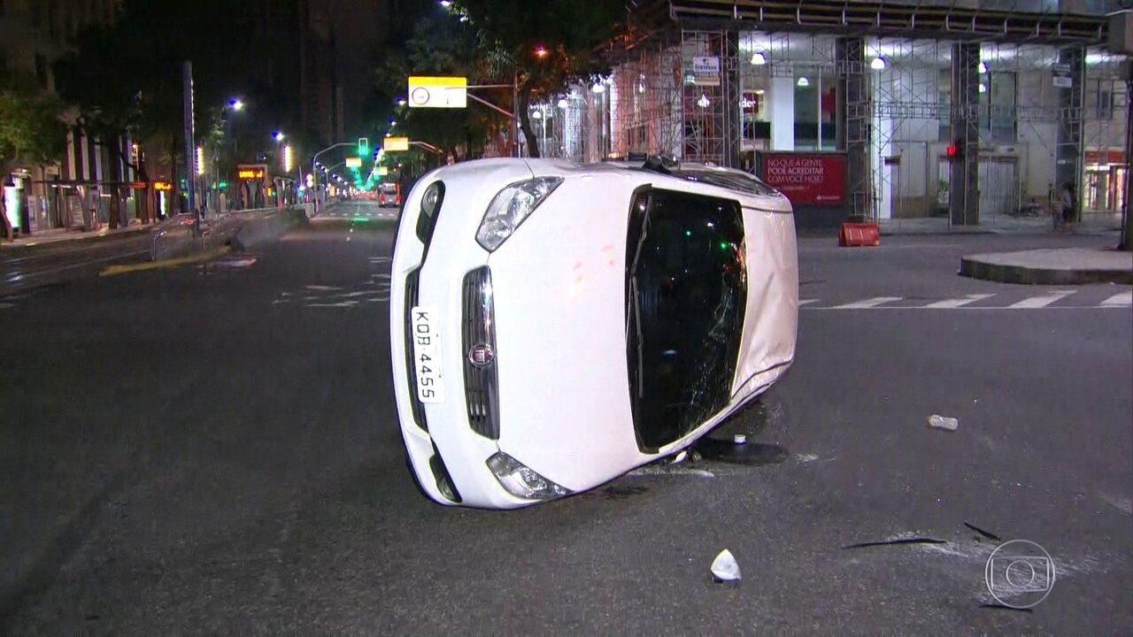 Carro tomba ao ser atingido por caminhão no Centro