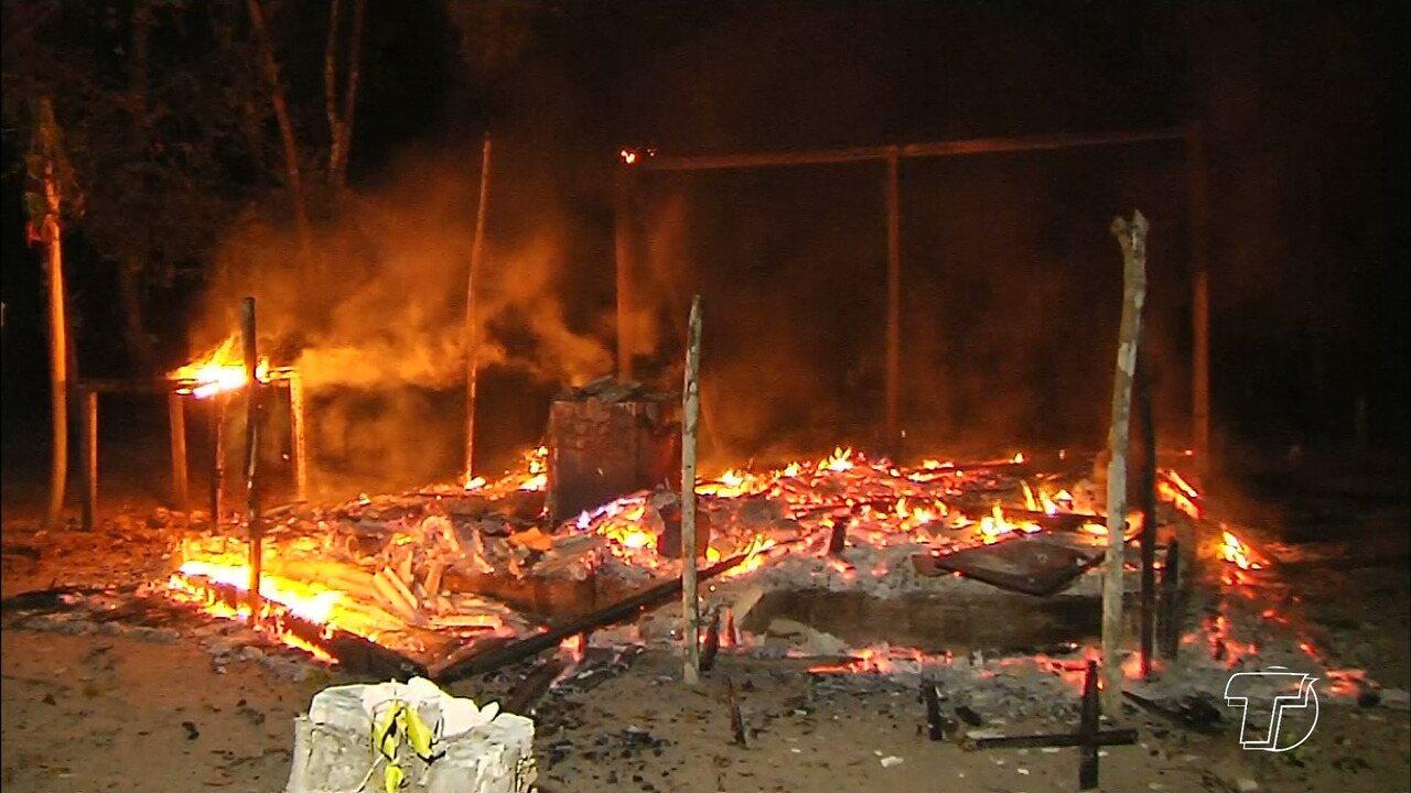 Incêndio destrói casa e deixa família desabrigada na com. São Francisco do Carapanari