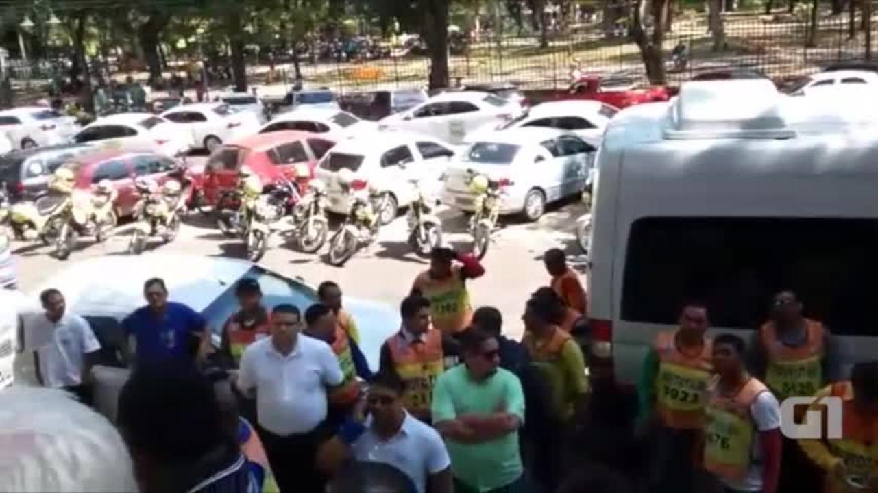 Taxistas e Mototaxistas protestam contra Uber em frente a prefeitura