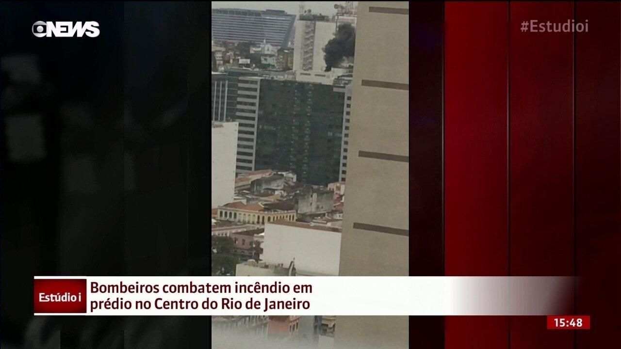 Bombeiros combatem incêndio em prédio no Centro do Rio de Janeiro
