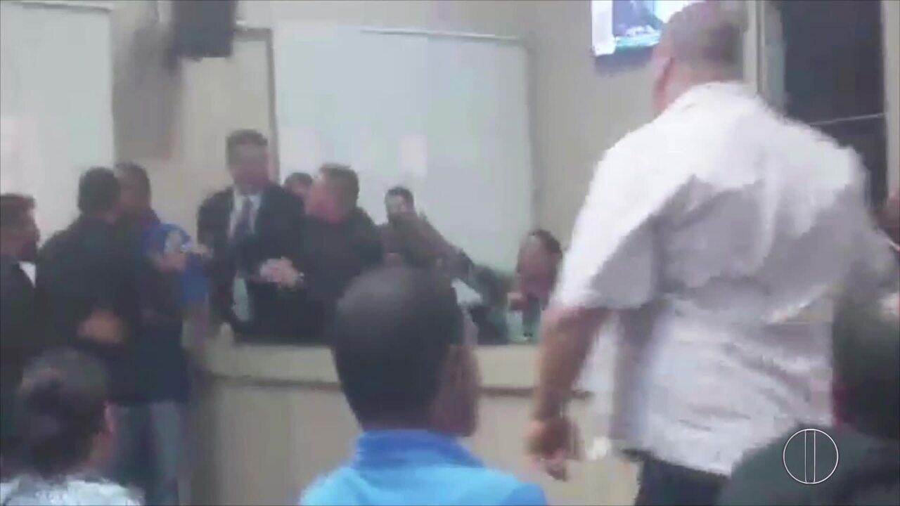 Sessão na Câmara de Campos, RJ, é marcada por confusão