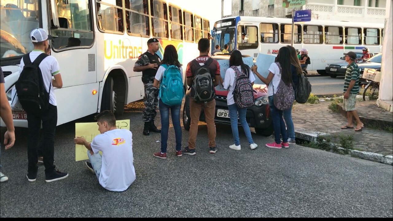 Estudantes do IFPB fecham avenida no bairro de Jaguaribe, em João Pessoa