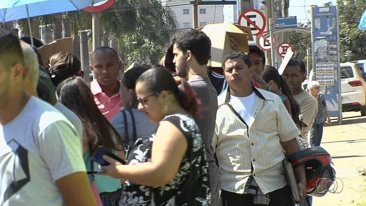 Candidatos formam fila gigante em busca de emprego, em Goiânia