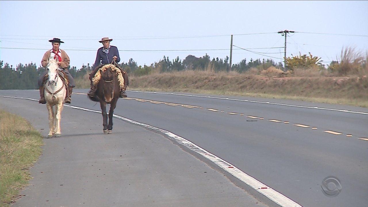 Dupla percorre 600 km entre Chapecó e Florianópolis de cavalo