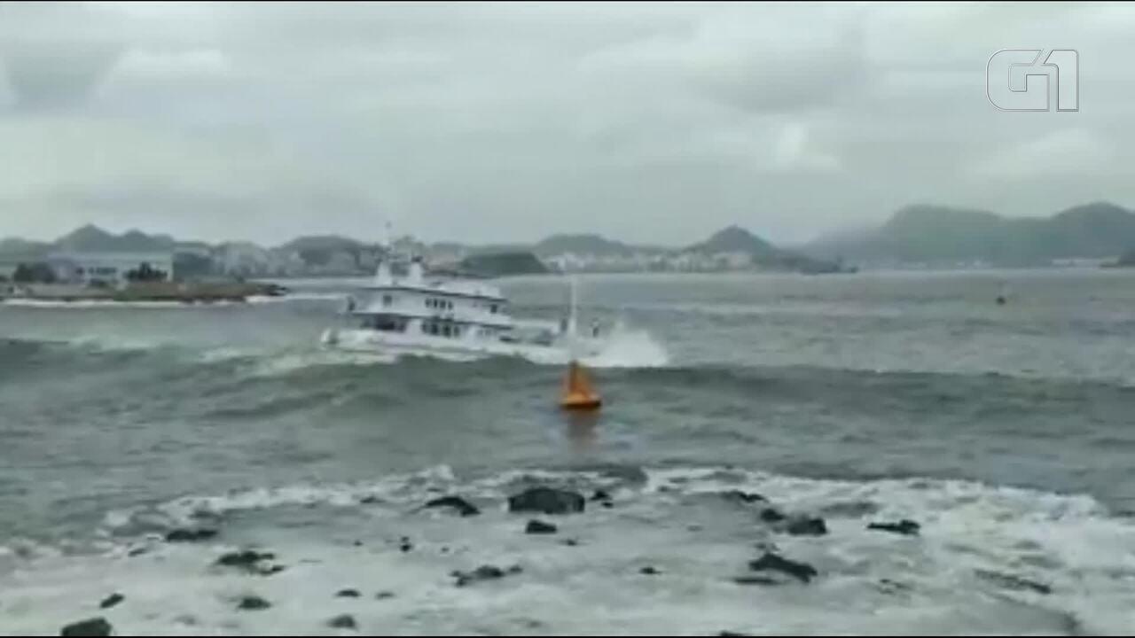 Ondas fortes atingem área perto da Marina da Glória durante ressaca