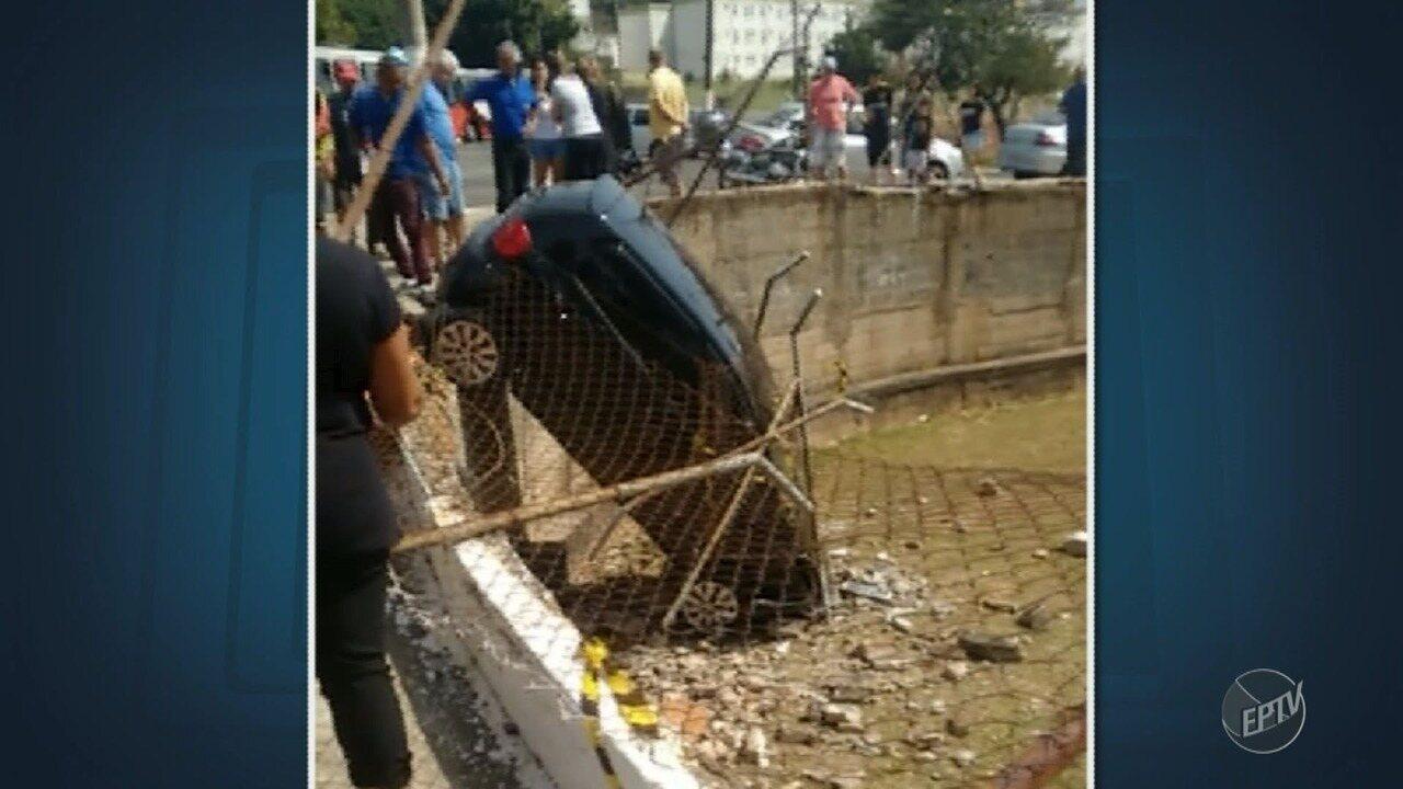 Carro despenca e cai em terreno de igreja no Jardim Londres, em Campinas