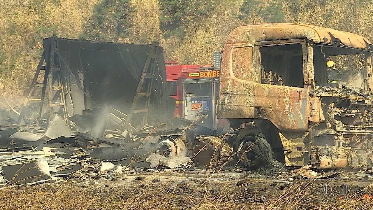 Carreta pega fogo na BR-381, na altura de Sabará