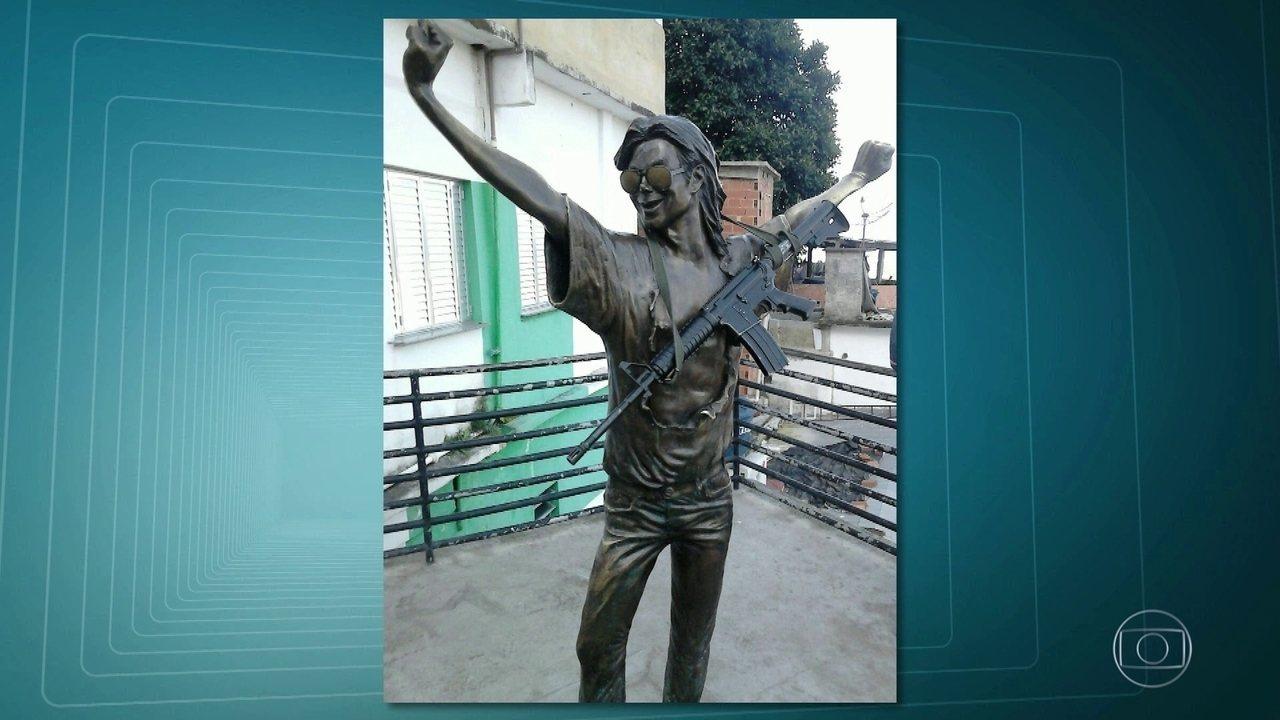Estátua de Michael Jackson é fotografada com fuzil no Rio de Janeiro