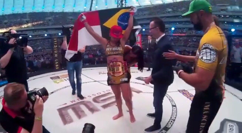 Momento em que ela conquistou o cinturão do KSW