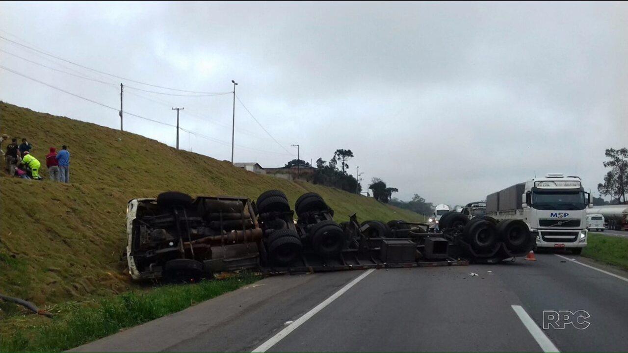 Caminhão carregado com chapas de madeira tomba na BR-116