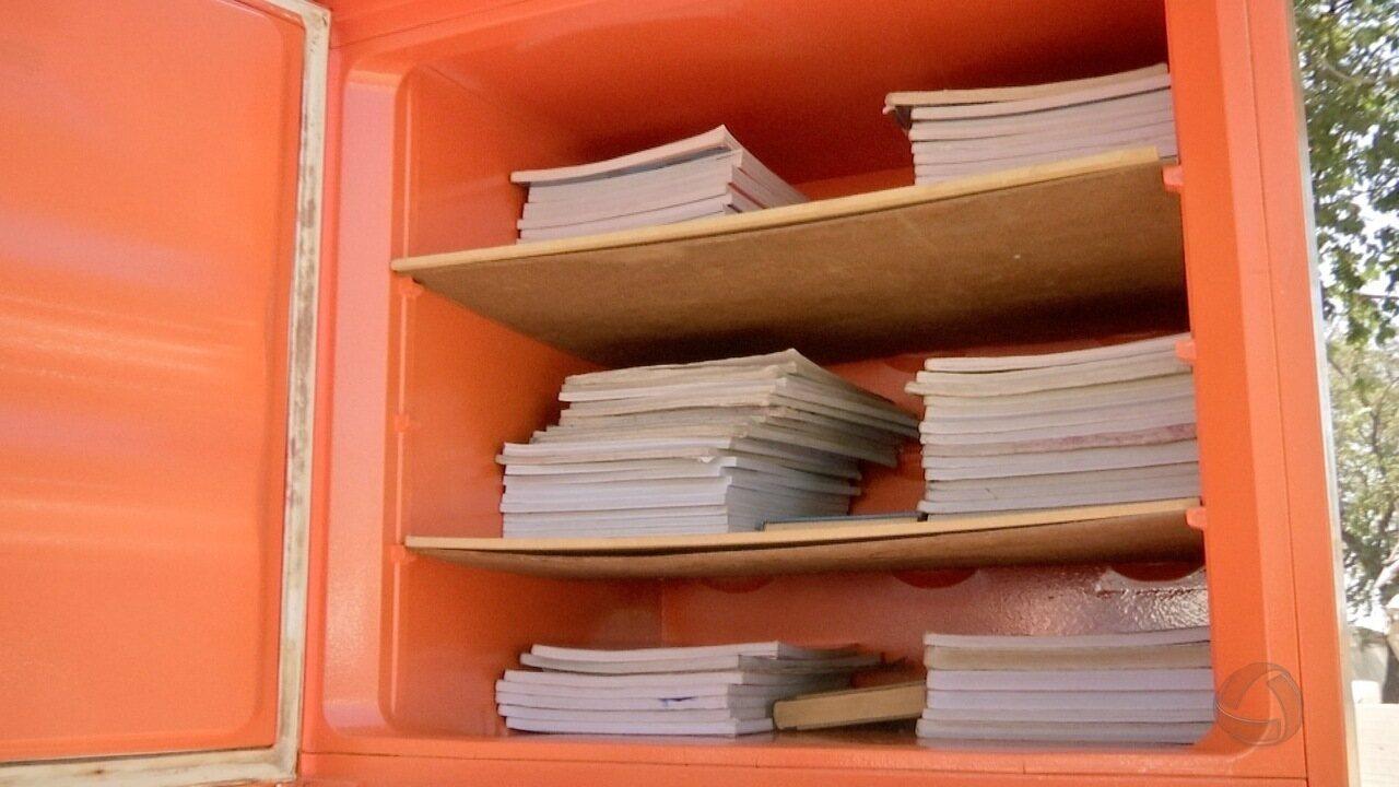 Moradores criam biblioteca na geladeira em praça comunitária