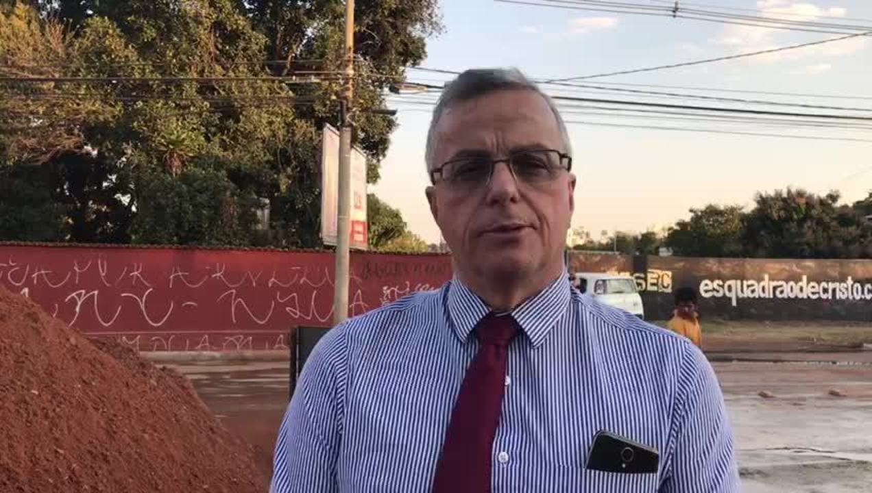 Presidente da Caesb, Maurício Luduvice, explica o trabalho de conserto de adutora no DF