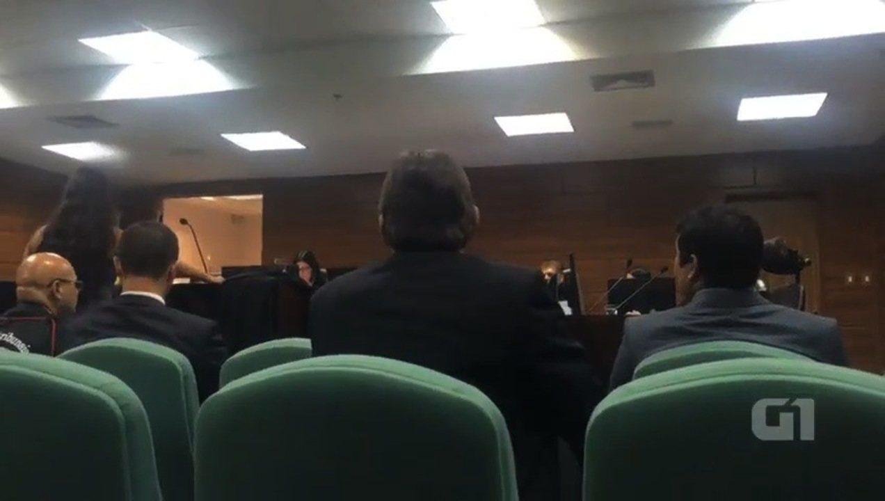 Desembargador ameaça deixar audiência por causa da roupa de advogada