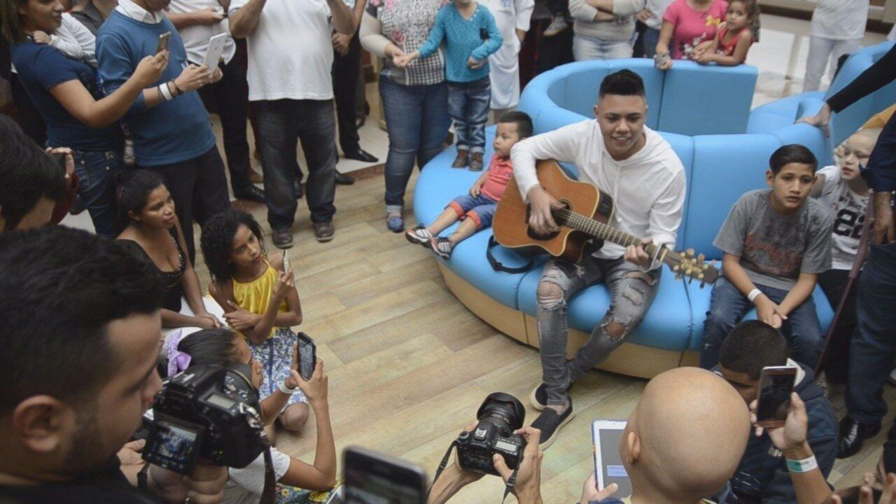 Cantor Felipe Araújo canta com crianças no Hospital de Câncer de Barretos, SP