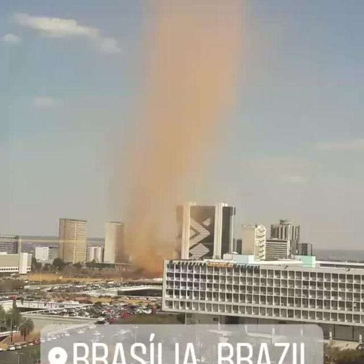 Formação de redemoinho filmada em área central de Brasília