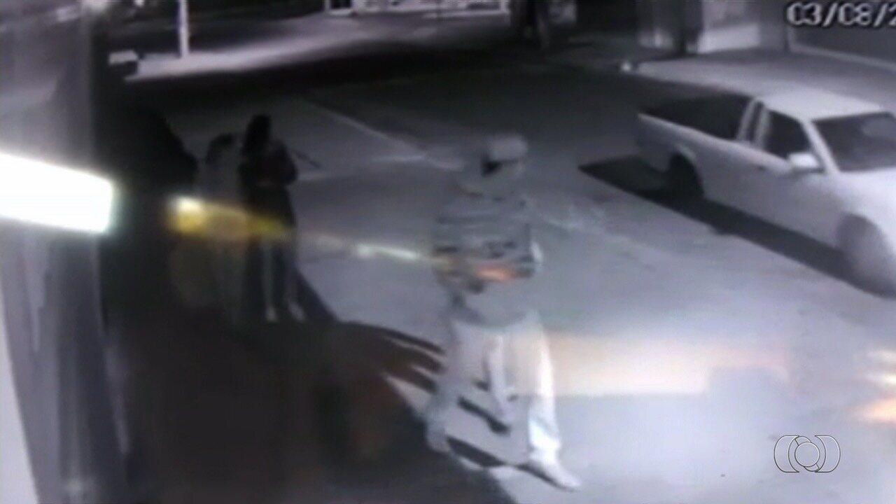Vídeo mostra disparos contra quatro pessoas em rua de Guapó
