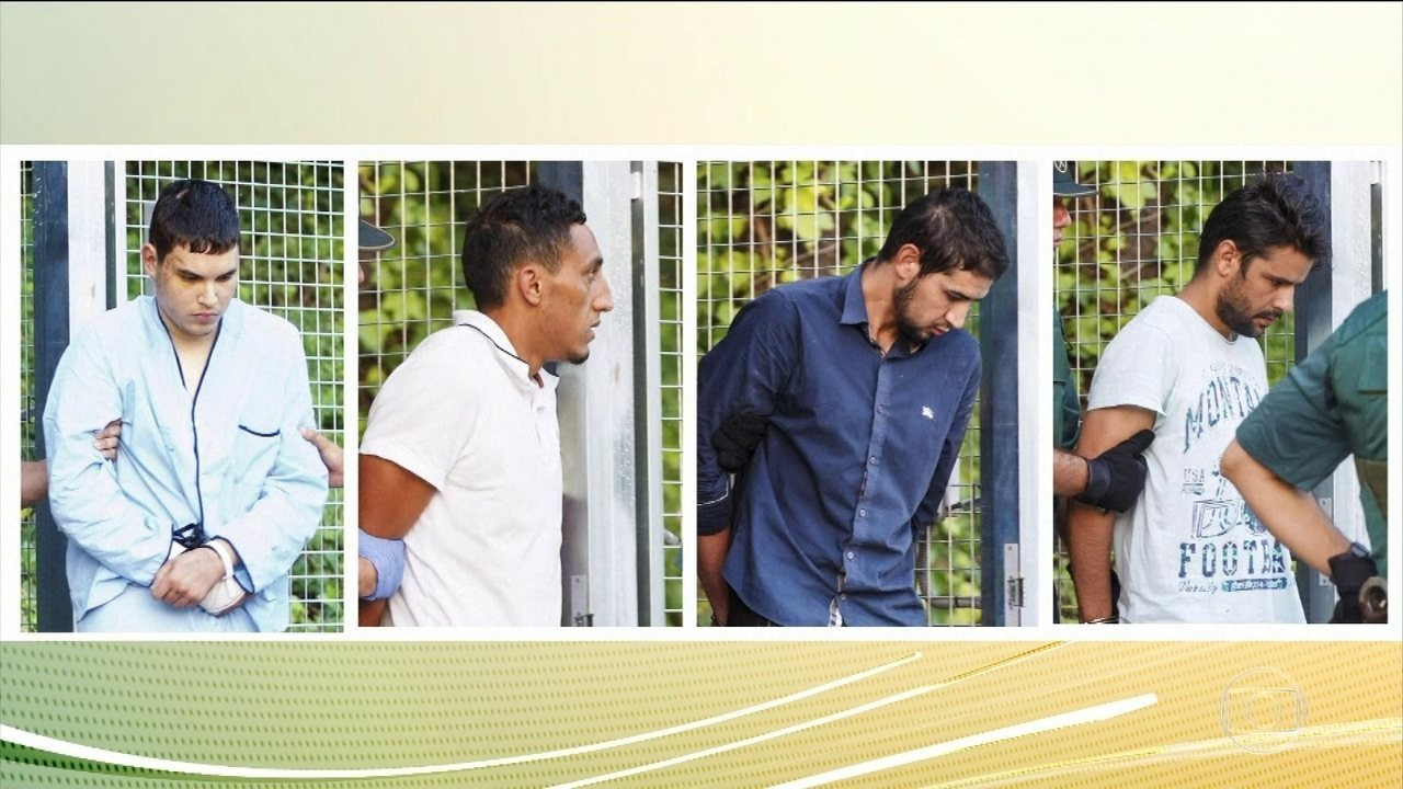 Quatro suspeitos de ligação com EI são levados ao tribunal pelo atropelamento em Barcelona