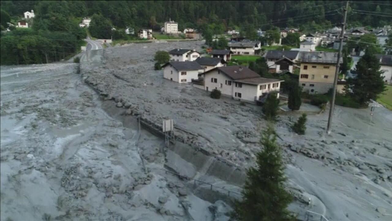 Deslizamento espalha pedras e lama em vila e deixa oito desaparecidos na Suíça