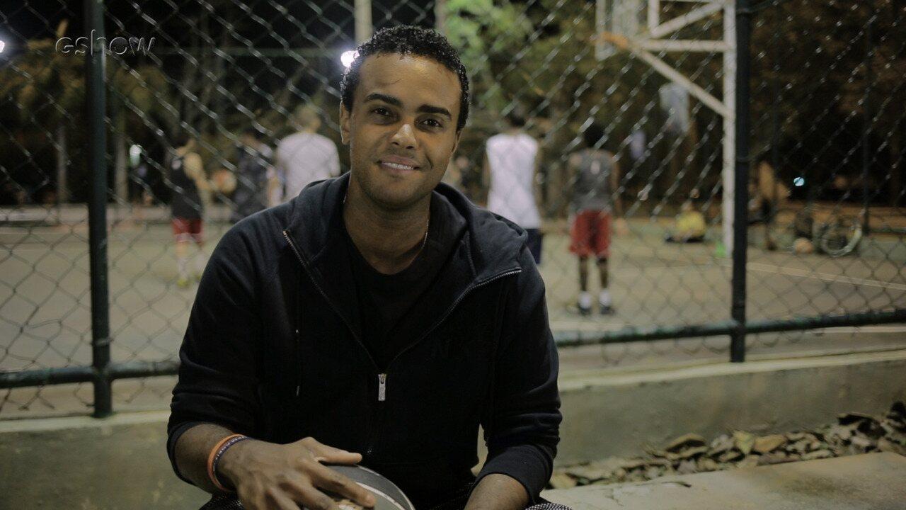 Jorge de Sá mostra projeto social que ensina basquete para crianças carentes