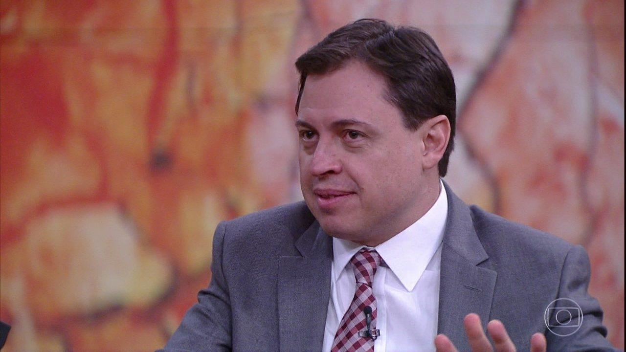 Bial recita trecho do poema 'Catar Feijão' e Camarotti comenta processo criativo de Melo Neto
