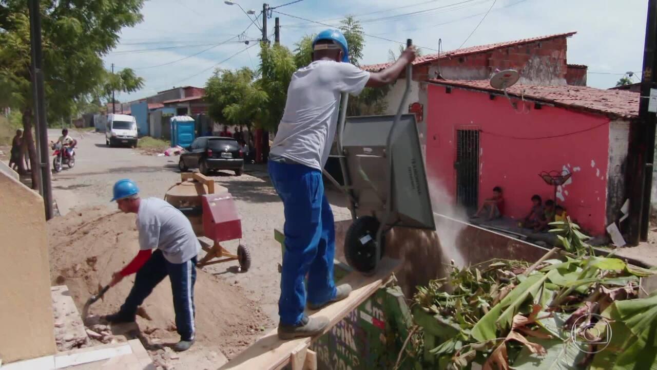 Dona Maria, mãe de Katiana, coordena mutirão nas obras do centro social