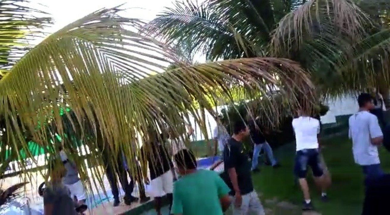 Torcedores invadem centro de treinamento de clube e agridem jogador — Vídeo