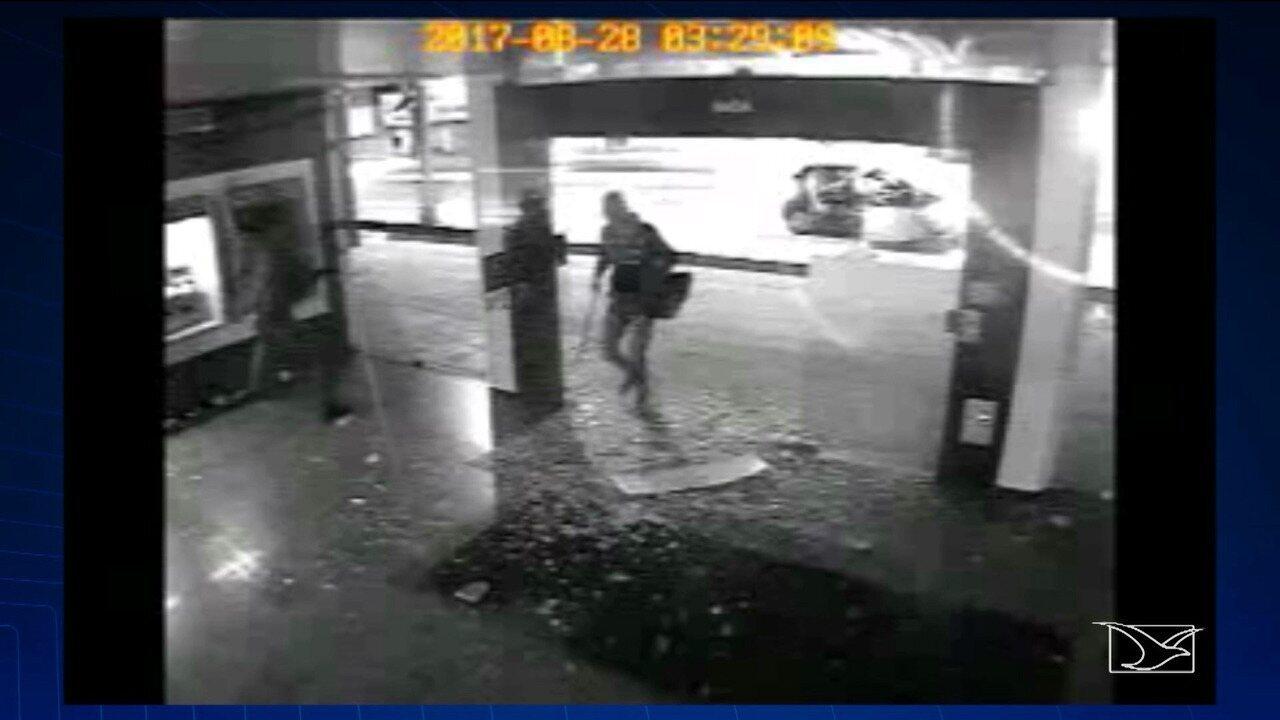 Polícia procura por bandidos que explodiram agência da Caixa Econômica em Timon