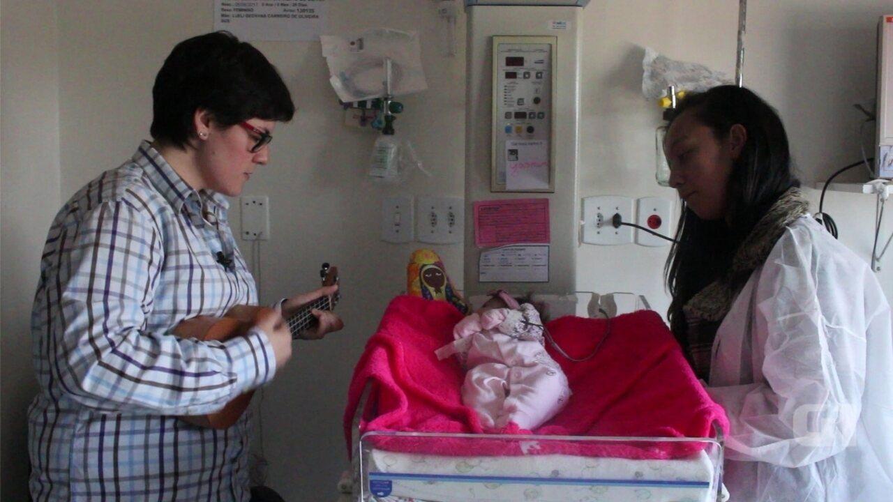 Médica de Botucatu canta para bebês e muda rotina em UTI Neonatal