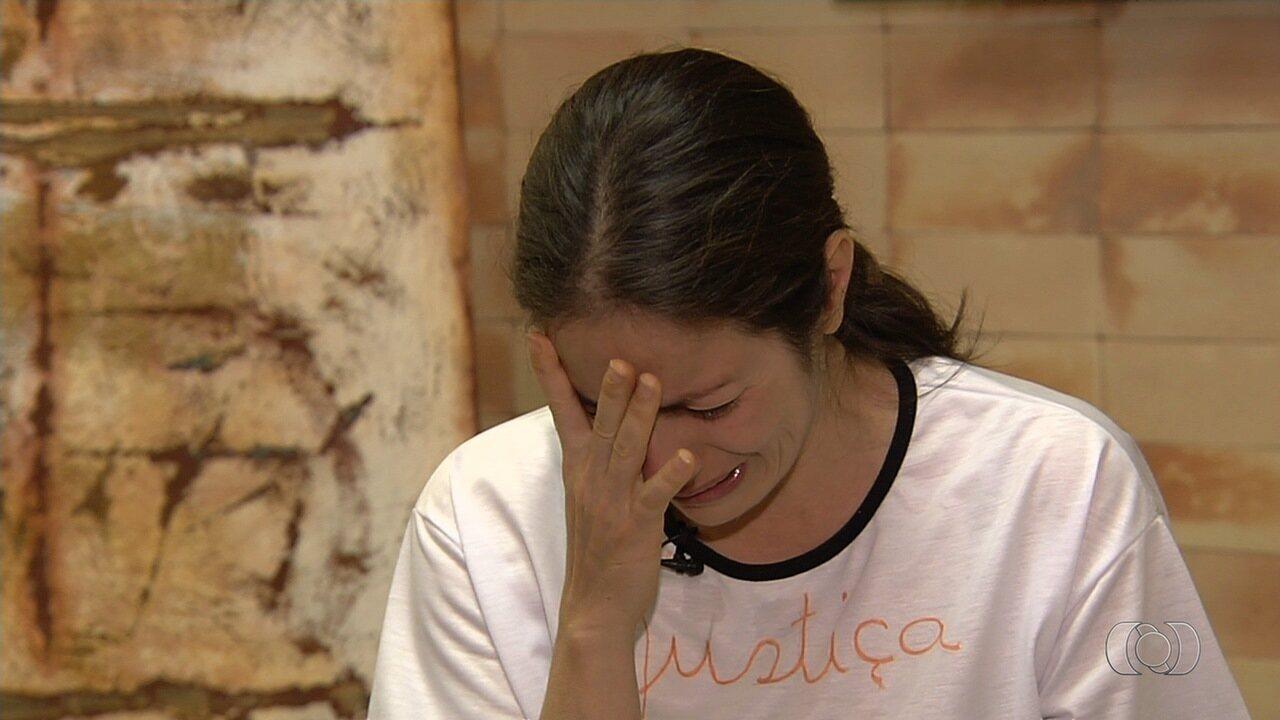 Abalada, mãe de adolescente morta a facadas pede por justiça, em Goiânia