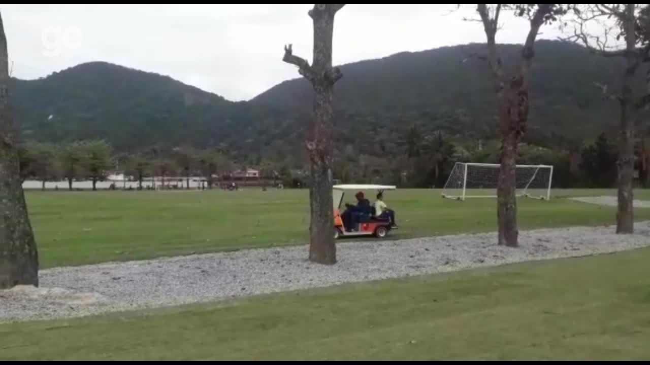 Arão deixa o treino amparado por comissão técnica