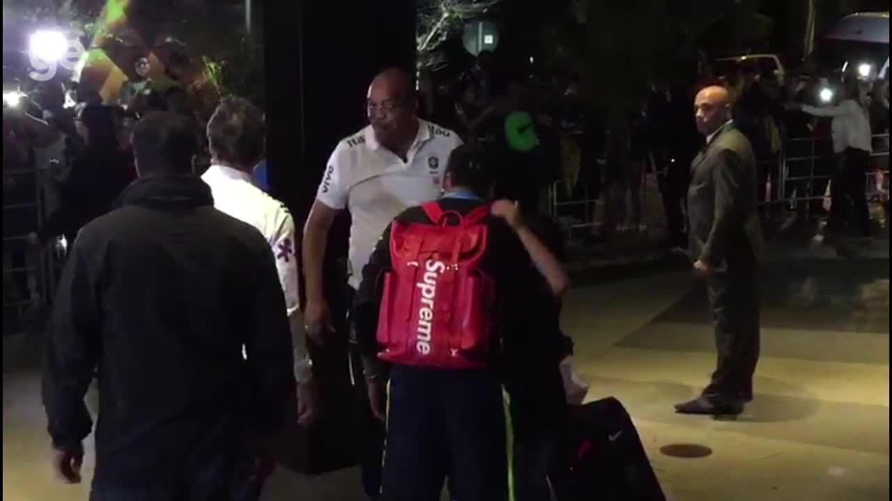 Menino dribla segurança e consegue tirar foto com Neymar na saída da Seleção