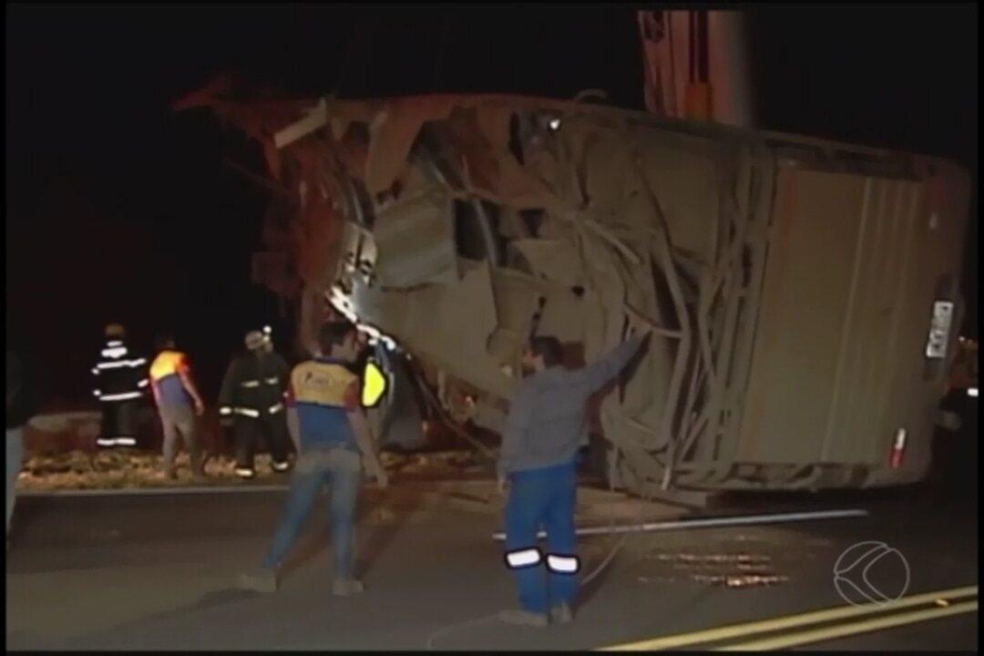 Acidente grave com ônibus deixa mortos e feridos na BR-146