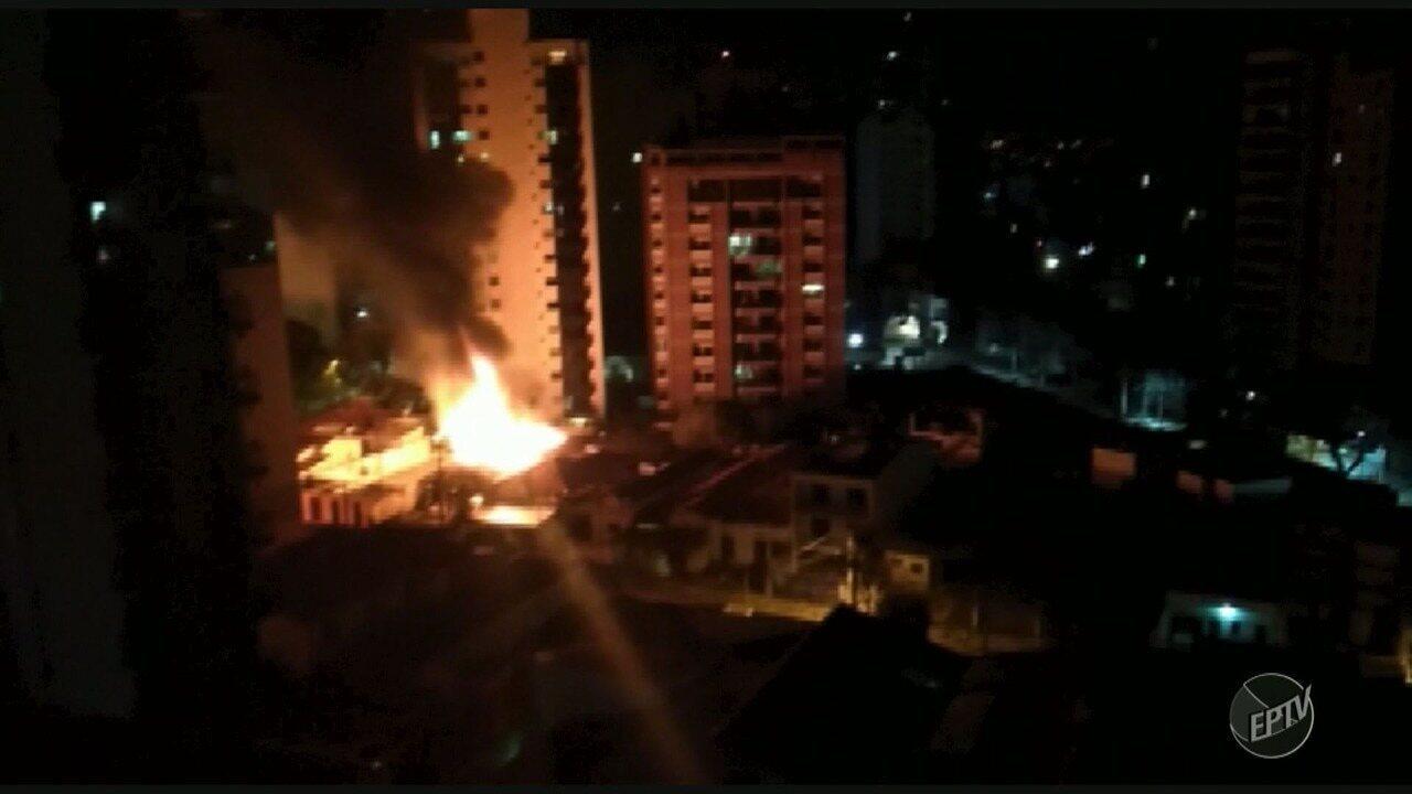 Casa pega fogo no começo da manhã desta segunda-feira no Cambuí, em Campinas