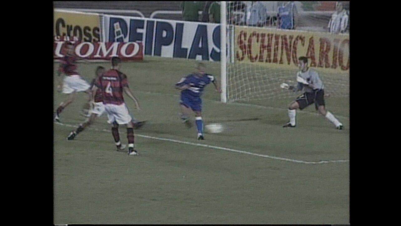 Alex faz de letra no empate entre Cruzeiro e Flamengo, no primeiro jogo da decisão de 2003