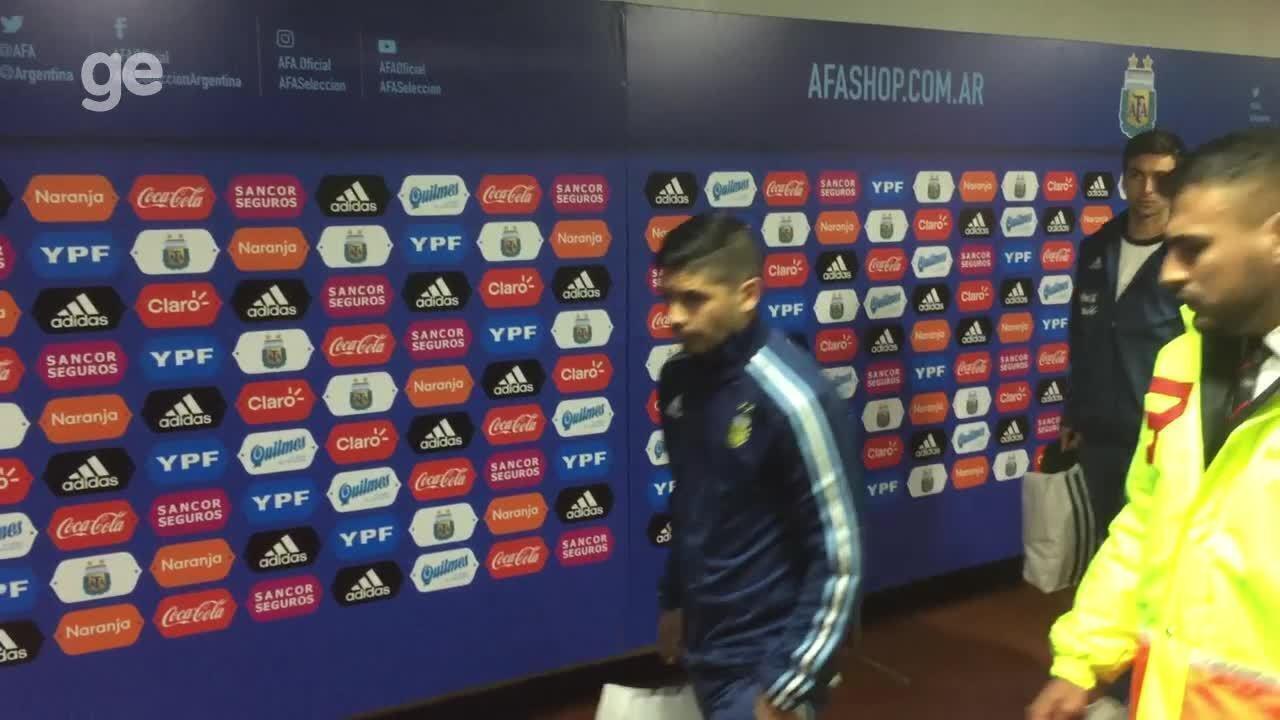 Jogadores da Argentina passam pela zona mista sem falar com a imprensa
