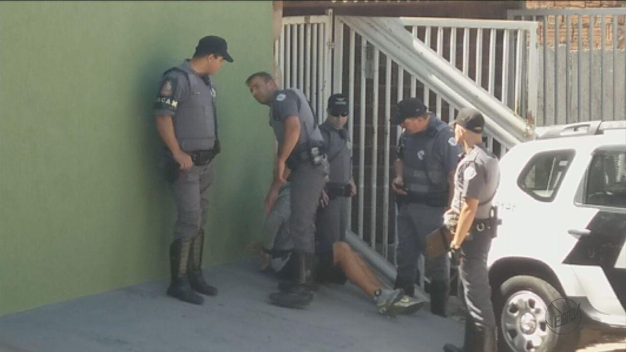 Assaltantes são presos após roubo a loja e troca de tiros com a PM em São Carlos, SP