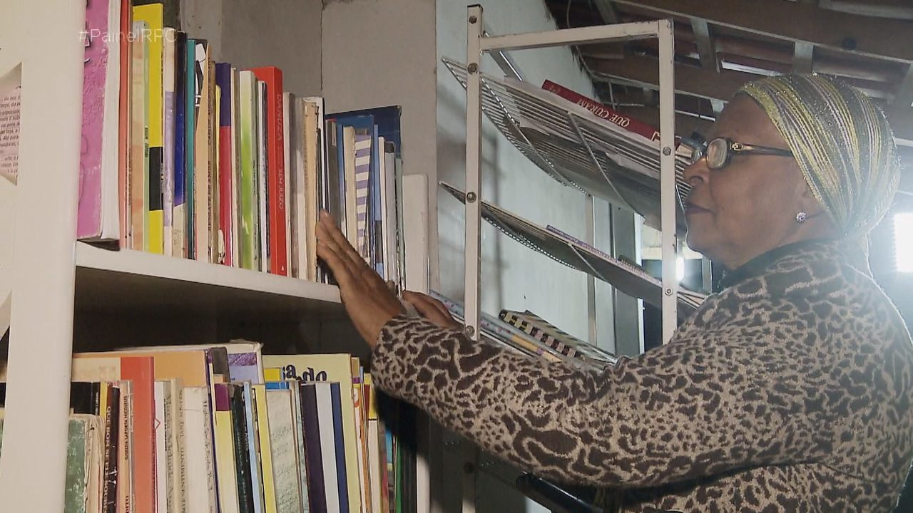 Dona Celeste Augusto e sua biblioteca particular