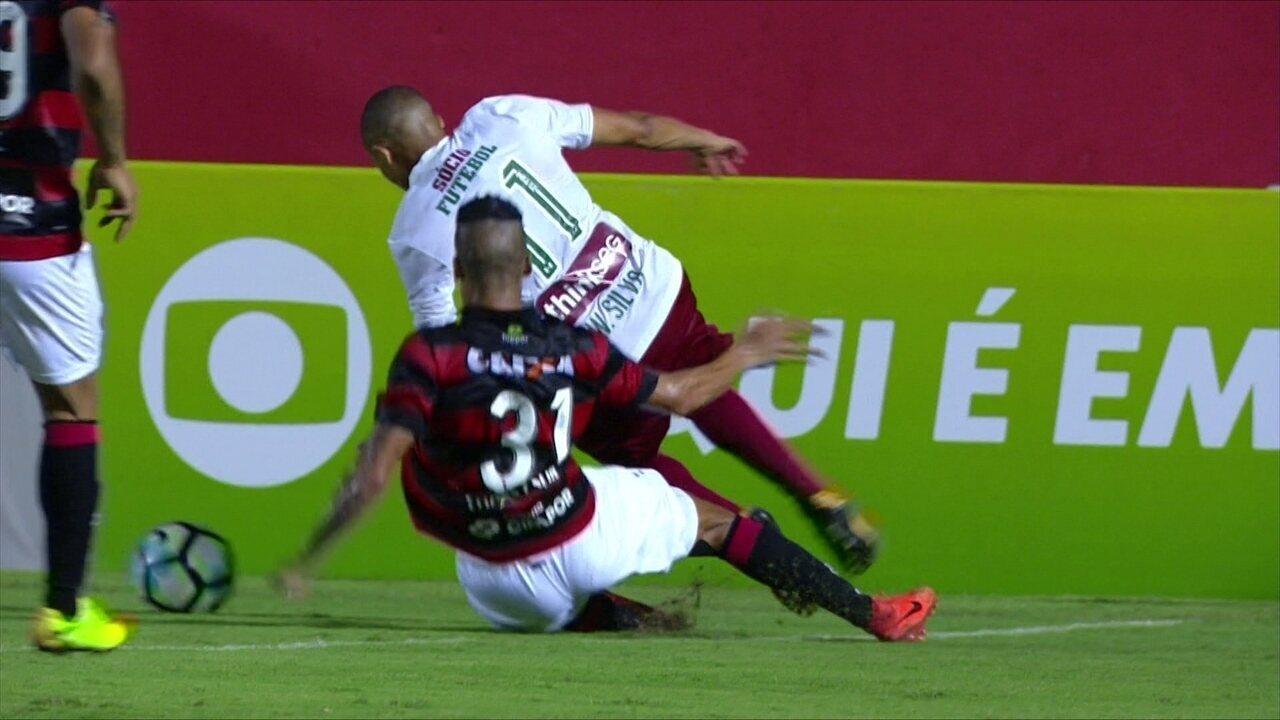 Thallyson derruba Wellington Silva dentro da área