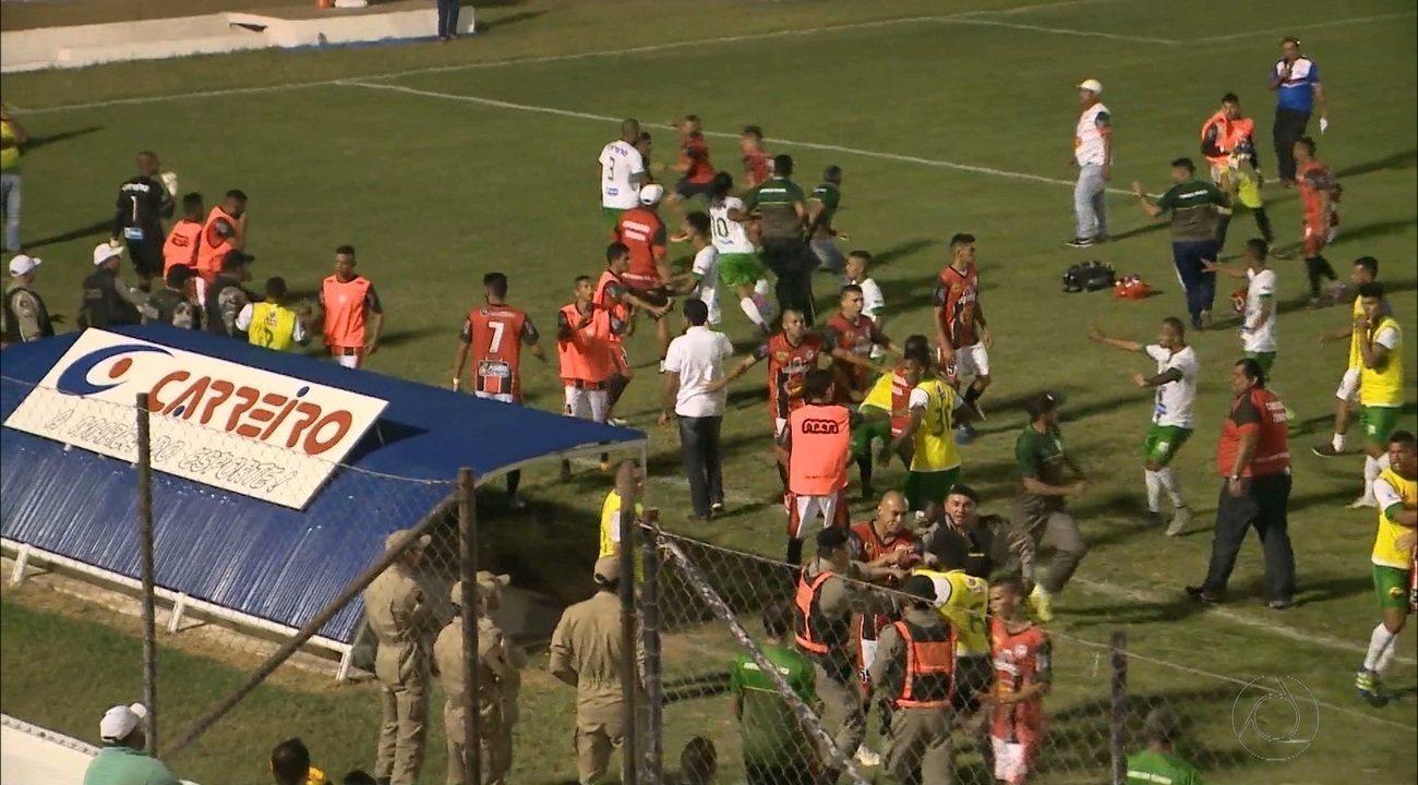 Jogadores de Nacional de Patos e São Paulo Crystal brigam no intervalo do jogo no JC